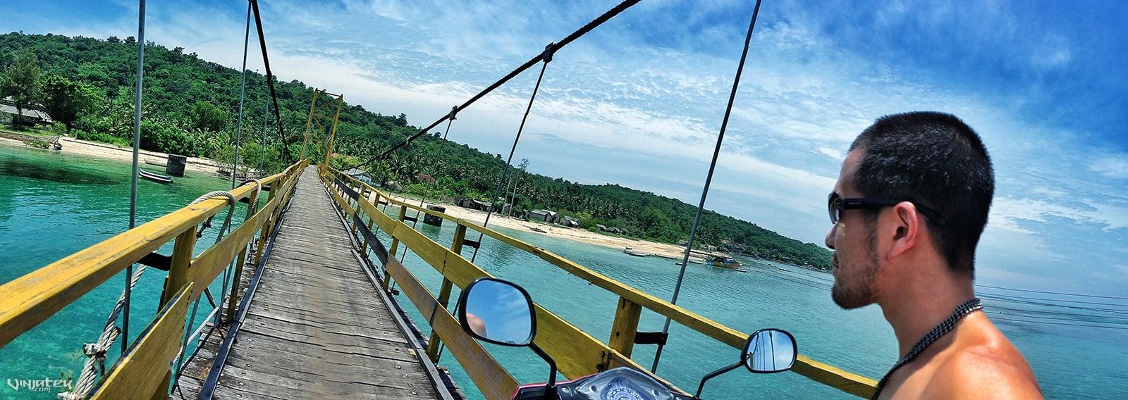Bridge From Ceningan Island to Lembongan Island on a Motorbike // Vagabonding - Vinjatek