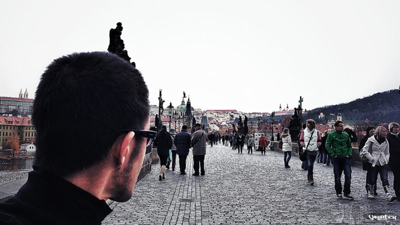 Walking Charles Bridge in Prague /// Vinjatek