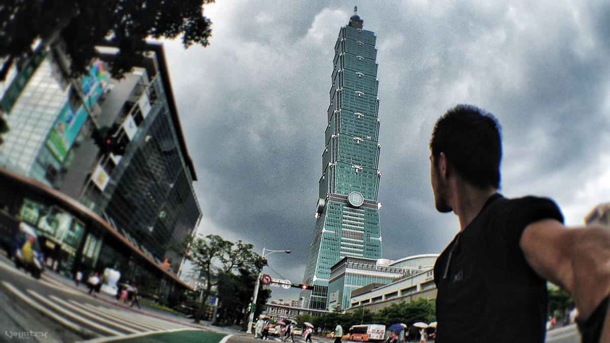Selfie with Taipei 101 Tower in Taiwan /// Vinjatek