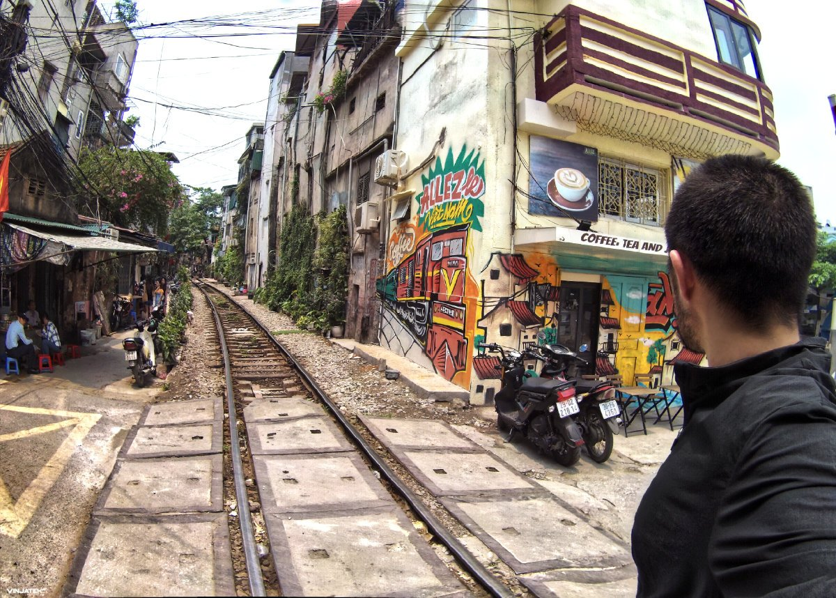 Train Street in Hanoi, Vietnam /// Vinjatek