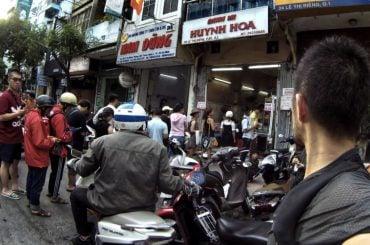 On Line at Bánh Mì Huỳnh Hoa in Saigon, Vietnam /// Vinjatek