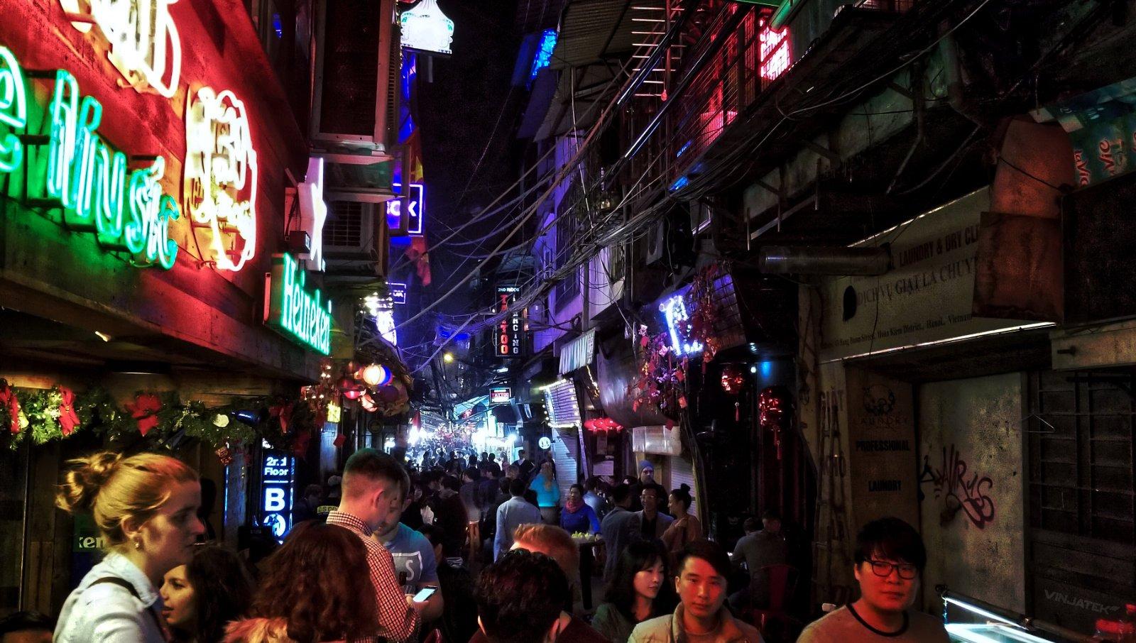 Social Engineering Tactics in Hanoi, Vietnam /// Vinjatek